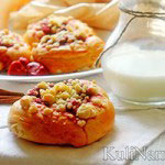 Сладкие булочки c клубникой