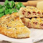 Пирог-улитка из слоеного теста (с сыром и ветчиной)
