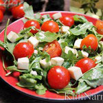 Салат с рукколой, помидорами черри и моцареллой