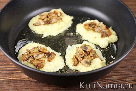 Картофельные оладьи на сковороде с грибами
