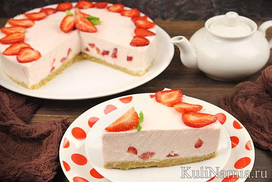 Торт без выпечки клубничный