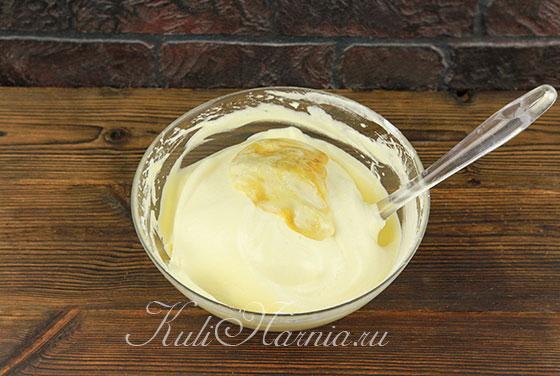 Добавляем мед к белкам и желткам