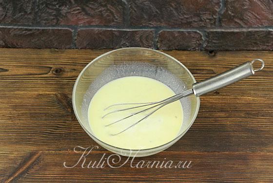 Добавляем молоко к бананово-яичной смеси