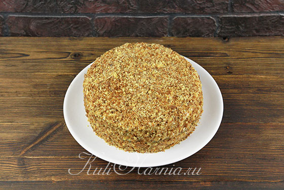 Посыпаем торт бисквитной крошкой