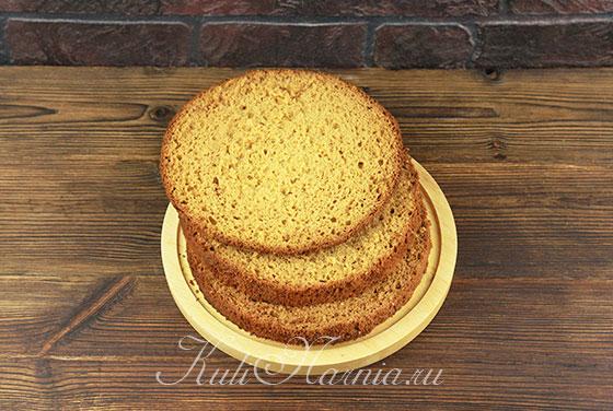 Разрезаем медовый бисквит на три части