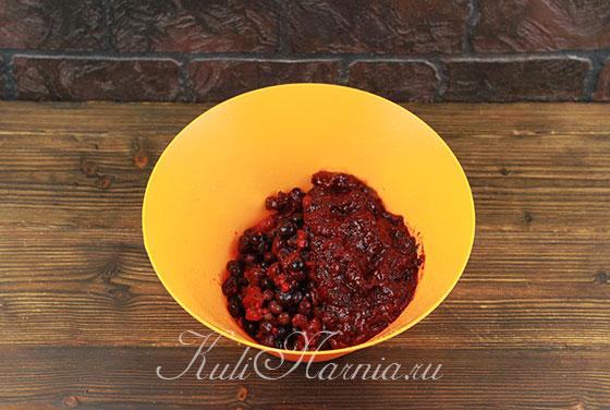 Соединяем вареную и размороженную ягоду