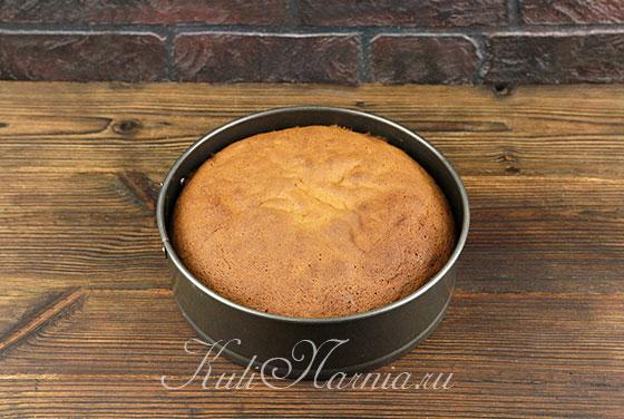 Вынимаем бисквит из духовки