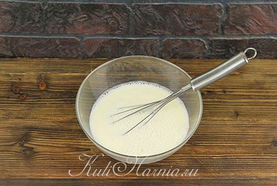 Добавляем молоко и воду к яичной смеси