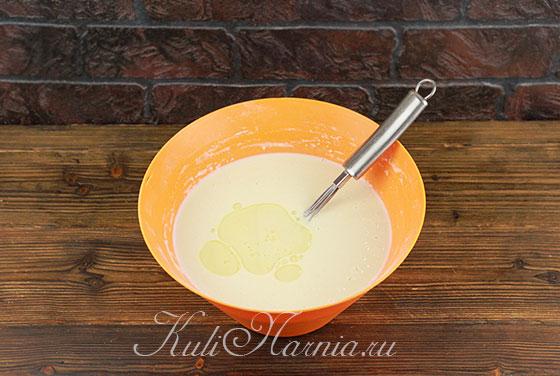 Добавляем растительное масло в блинное тесто
