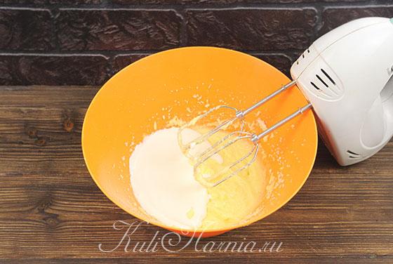 Добавляем сливки в масляную смесь для кулича