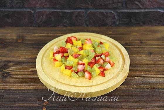 Нарезаем ягоды для блинного торта