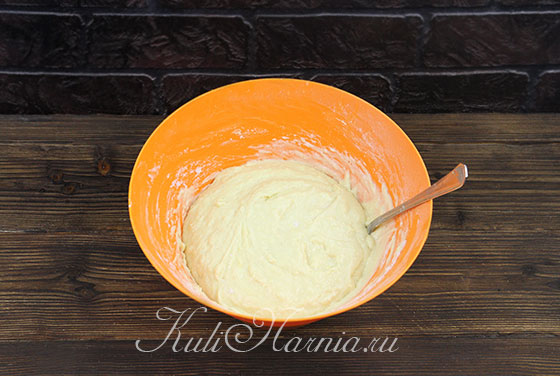 Перемешиваем тесто для кулича на сливках ложкой