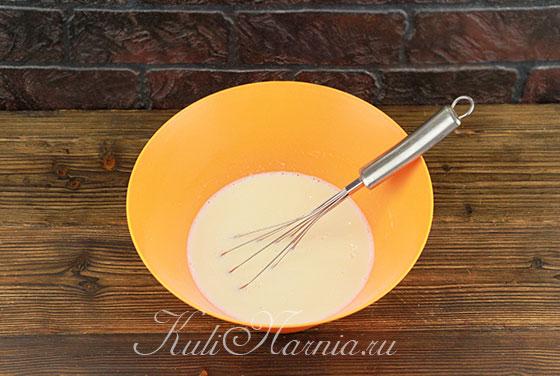 Подливаем молоко к яичной смеси