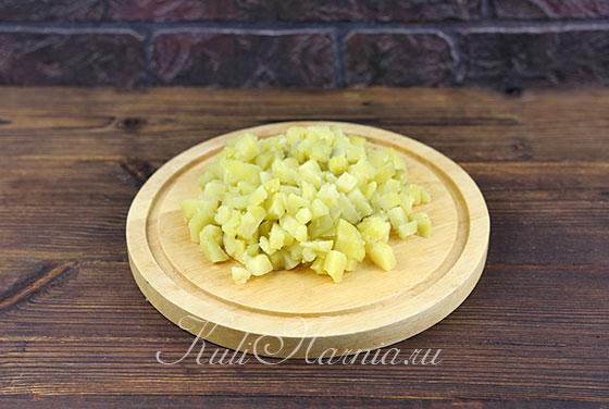 Режем картофель на небольшие кубики