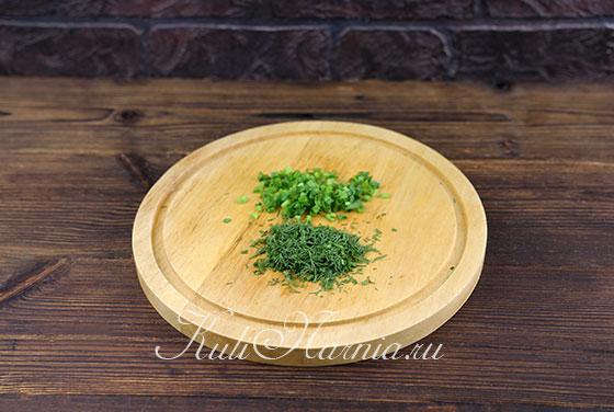 Рубим укроп и зеленый лук