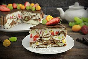 Шоколадный блинный торт со сметанным кремом и ягодами