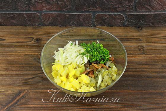 Смешиваем картофель, зелень, огурцы, грибы