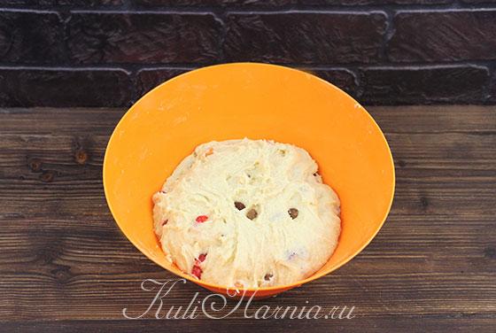 Вмешиваем сухофрукты и цукаты в тесто для кулича