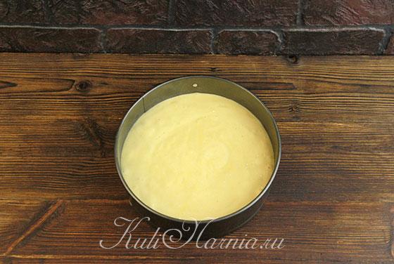 Выкладываем тесто для торта три молока в форму
