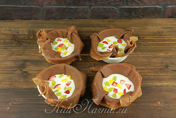 Выкладываем в блинные чаши сметанный крем и ягоды