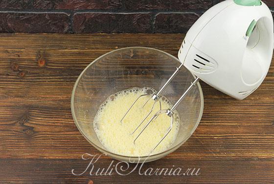 Взбиваем яйца миксером до пены