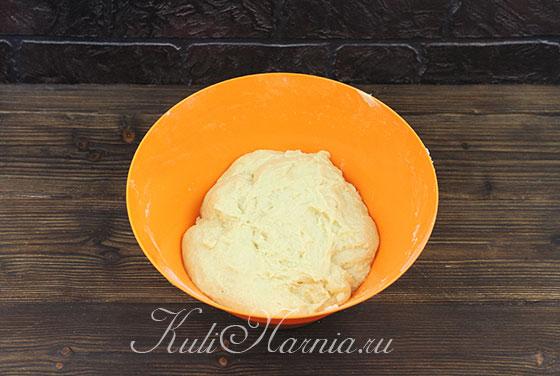 Замешиваем тесто для кулича на сливках руками