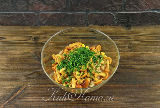 Добавляем к постному салату чеснок и зелень