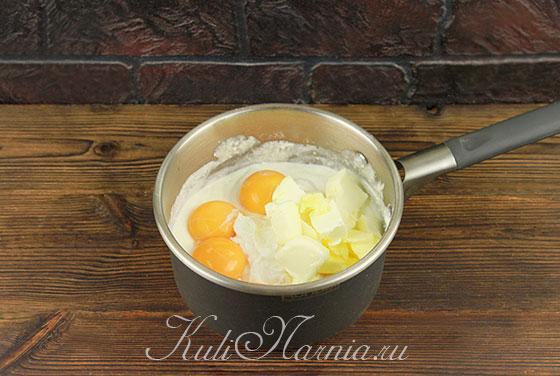 Добавляем к творогу масло и яичные желтки