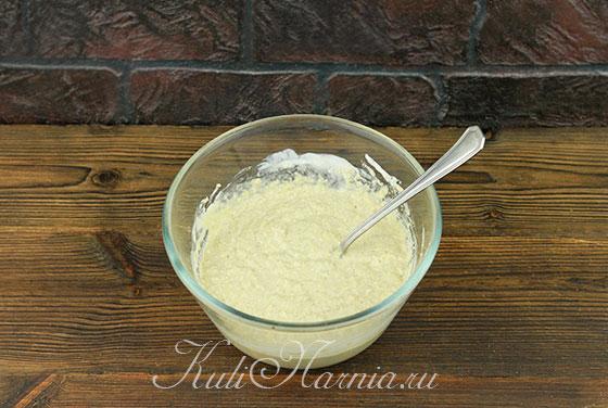 Добавляем мед и перемешиваем тесто для кексов