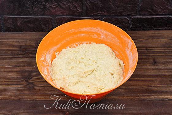 Добавляем муку и вымешиваем тесто для творожного кулича