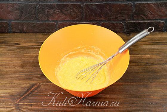Добавляем сливочное масло к желткам