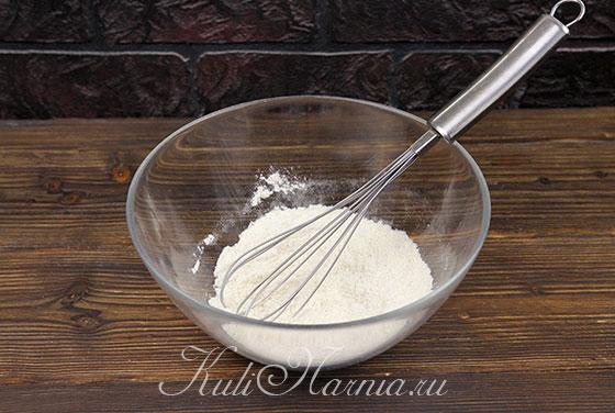 Добавляем в миску муку, сахар и дрожжи для опары