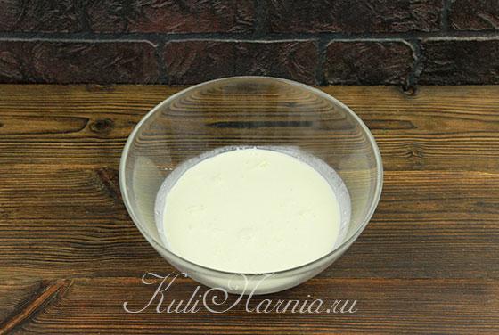 Добавляем в сливки ванильный сахар