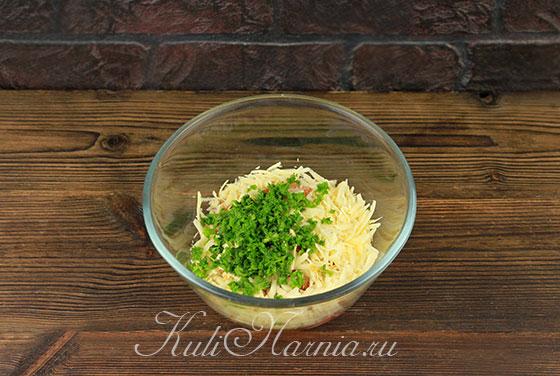 К сыру и помидорам добавляем зелень