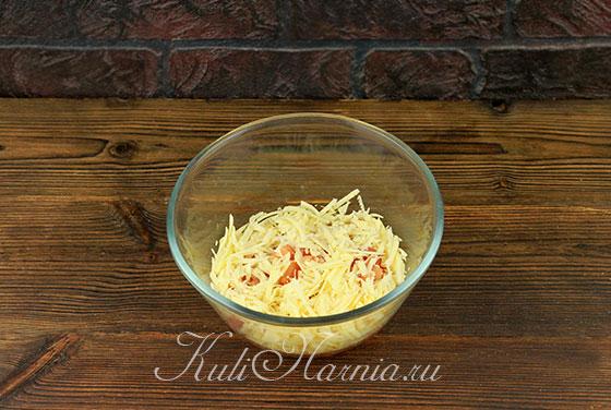 Натираем сыр и добавляем к помидорам