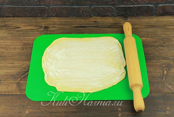 Раскатываем тесто для кулича