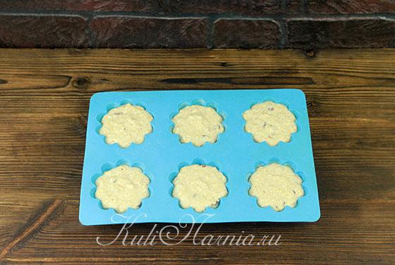 Раскладываем тесто для кексов по формам