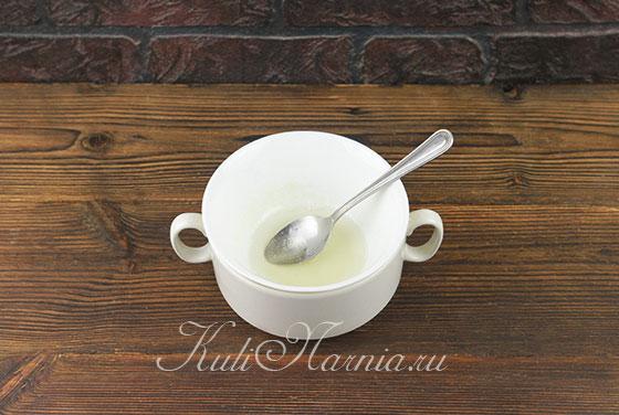 Растворяем желатин для глазури на куличи