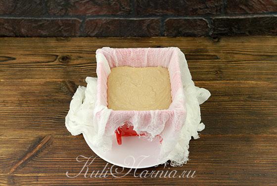 Выкладываем слой пасхи с молочным шоколадом