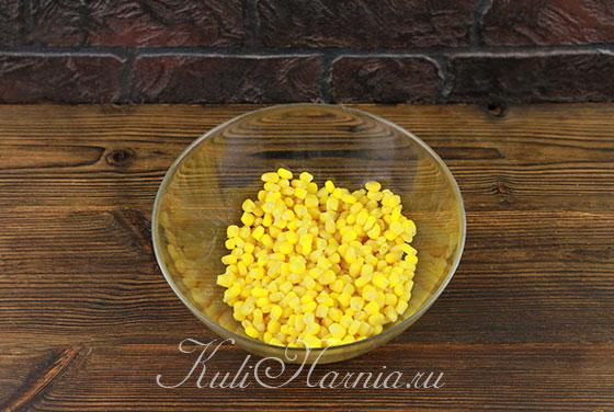 Высыпаем консервированную кукурузу в салатник
