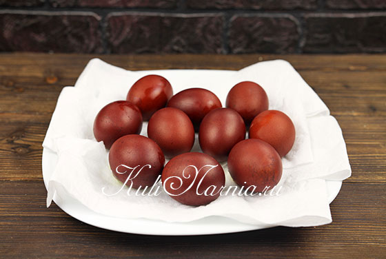 Вытираем крашеные яйца
