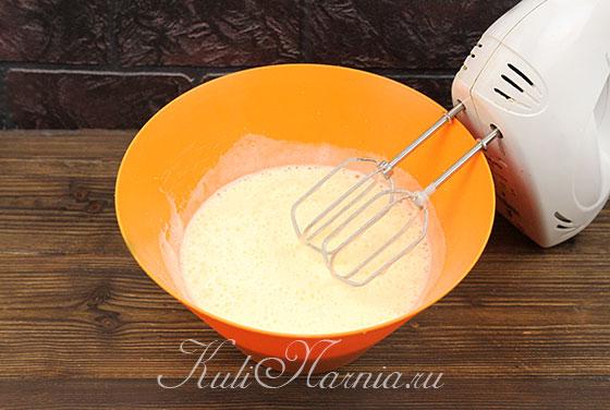 Взбиваем миксером яйца и сахар