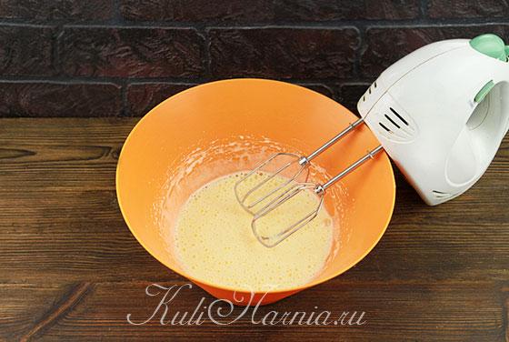Взбиваем сахар и яйца