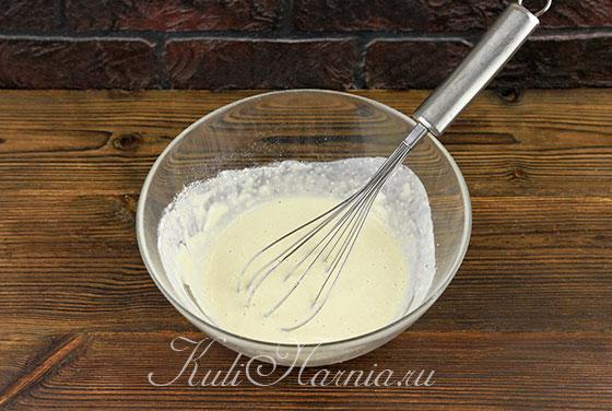 Заливаем опару молоком с дрожжами