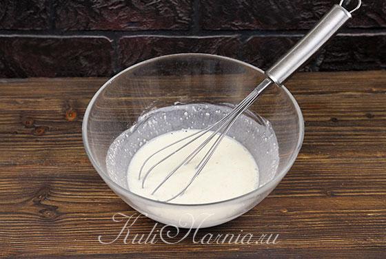 Заливаем сухую смесь для творожного кулича молоком