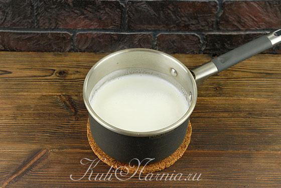 Добавляем сахар в молоко