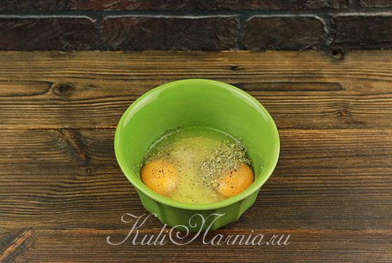 Добавляем яйца и перемешиваем