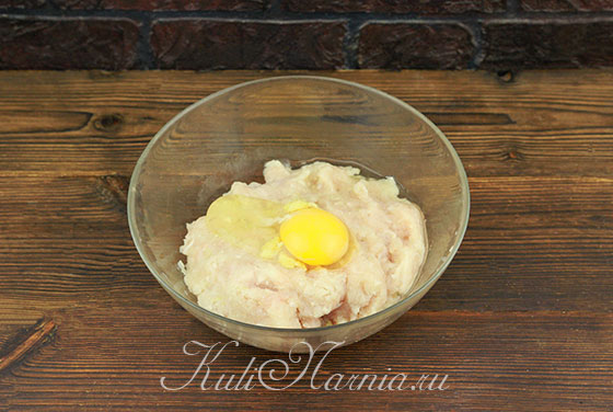 К куриному фаршу добавляем яйцо и чеснок