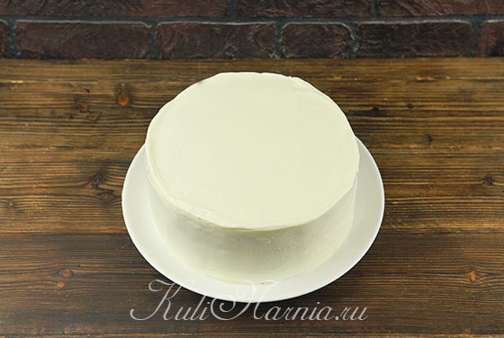 Наносим крем на бока и верхушку торта