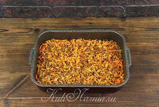Перекладываем гречку, лук и морковь в форму